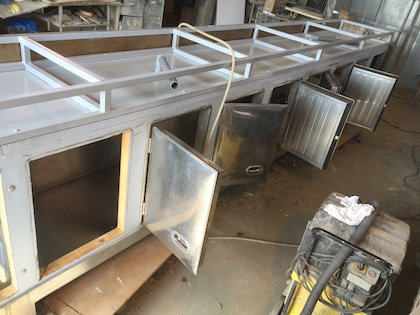 Comptoir de bar en rénovation dans les Ateliers Applanat, châssis refait à neuf