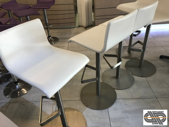mobilier chr gamme sup rieure lot de 5 tabourets bar blanc pied inox occasion vendu. Black Bedroom Furniture Sets. Home Design Ideas