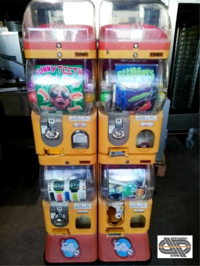lot 2 distributeurs automatiques de jouets en capsules et. Black Bedroom Furniture Sets. Home Design Ideas