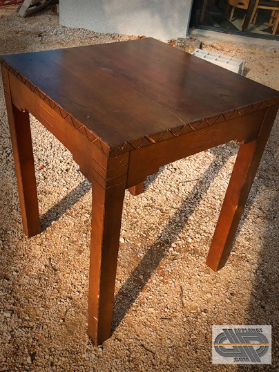 tables bistrot bois massif plateau carr bord sculpt. Black Bedroom Furniture Sets. Home Design Ideas